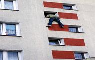 Pijany 20-latek zwisał z okna