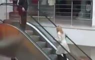 Blondynka na ruchomych schodach