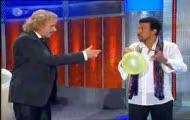 "Lionel Richie śpiewa ""Hello"" na helu"