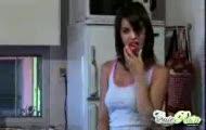 Nastolatka rozbiera sie w kuchni