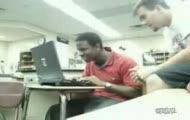 Czarnoskóry przed laptopem